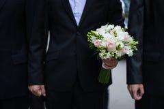 Νεόνυμφος που κρατά μια γαμήλια ανθοδέσμη Στοκ Εικόνες