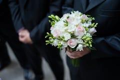 Νεόνυμφος που κρατά μια γαμήλια ανθοδέσμη Στοκ εικόνες με δικαίωμα ελεύθερης χρήσης