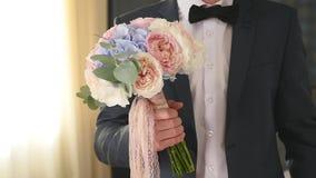 Νεόνυμφος που κρατά την κομψή γαμήλια ανθοδέσμη απόθεμα βίντεο