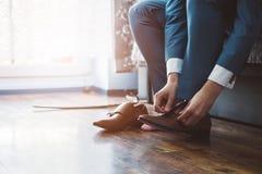 Νεόνυμφος που ντύνει επάνω με τα κλασικά κομψά παπούτσια στοκ φωτογραφίες με δικαίωμα ελεύθερης χρήσης