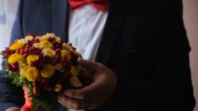 Νεόνυμφος που περιμένει τη νύφη του φιλμ μικρού μήκους