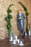 Νεόνυμφος που προετοιμάζεται για το γάμο Ο μελλοντικός σύζυγος περιμένει τη μελλοντική σύζυγό του Ένα άτομο σε ένα γαμήλιο κοστού Στοκ Εικόνα