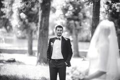 Νεόνυμφος που στέκεται πίσω από τη νύφη Στοκ Εικόνα