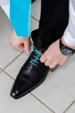 Νεόνυμφος που φορά τα παπούτσια στη ημέρα γάμου, που δένει τις δαντέλλες Στοκ φωτογραφία με δικαίωμα ελεύθερης χρήσης