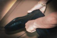 Νεόνυμφος που φορά τα παπούτσια στη ημέρα γάμου, που δένει τις δαντέλλες Στοκ Εικόνα