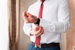 Νεόνυμφος σε ένα άσπρο πουκάμισο και ένα κόκκινο κούμπωμα δεσμών Στοκ φωτογραφία με δικαίωμα ελεύθερης χρήσης