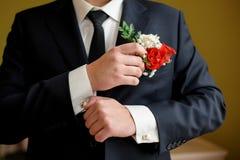 Νεόνυμφος στις μανσέτες ενδυμάτων γαμήλιου πρωινού στο πουκάμισο Στοκ εικόνα με δικαίωμα ελεύθερης χρήσης