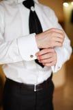 Νεόνυμφος στο άσπρο πουκάμισο και το μαύρο παντελόνι Στοκ εικόνα με δικαίωμα ελεύθερης χρήσης