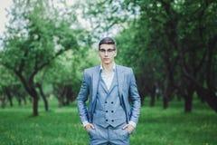 Νεόνυμφος στο γαμήλιο κοστούμι που περιμένει τη νύφη στοκ εικόνες με δικαίωμα ελεύθερης χρήσης