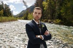 Νεόνυμφος στο γαμήλιο σμόκιν που χαμογελά και που περιμένει τη νύφη Οι πλούσιοι καλλωπίζουν στη ημέρα γάμου Κομψός νεόνυμφος στο  Στοκ φωτογραφία με δικαίωμα ελεύθερης χρήσης
