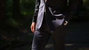 Νεόνυμφος στο γαμήλιο κοστούμι φιλμ μικρού μήκους