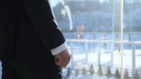 Νεόνυμφος στο πεζούλι παραθύρων απόθεμα βίντεο