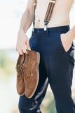 Νεόνυμφος χωρίς πουκάμισο στο κράτημα παντελονιού Στοκ φωτογραφία με δικαίωμα ελεύθερης χρήσης