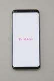 Νεώτερος τηλεφωνικός γαλαξίας της Samsung S8 τώρα που παραδίδεται στους πελάτες προ-διαταγής της Τ-Mobile Στοκ Εικόνα