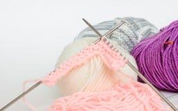 Νηματοδέματα και πλέκοντας βελόνες Στοκ Εικόνες
