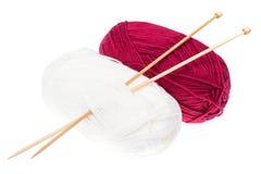 Νηματοδέματα του νήματος και των πλέκοντας ξύλινων βελόνων για τη ραπτική Στοκ Εικόνα
