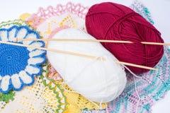 Νηματοδέματα του νήματος και των πλέκοντας ξύλινων βελόνων για τη ραπτική Στοκ Φωτογραφία