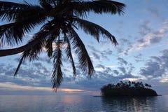 Νησάκι και φοίνικας Taakoka στο γουργούρισμα Rarotonga λιμνοθαλασσών Muri ανατολής Στοκ φωτογραφία με δικαίωμα ελεύθερης χρήσης