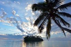 Νησάκι και φοίνικας Taakoka στο γουργούρισμα Rarotonga λιμνοθαλασσών Muri ανατολής Στοκ εικόνες με δικαίωμα ελεύθερης χρήσης