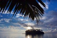 Νησάκι και φοίνικας Taakoka στο σούρουπο στο γουργούρισμα Rarotonga λιμνοθαλασσών Muri Στοκ εικόνα με δικαίωμα ελεύθερης χρήσης