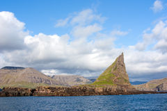 Νησάκι με τη δύσκολη αιχμή στη θάλασσα Στοκ Εικόνα