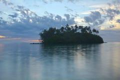 Νησάκι Taakoka στις νήσους Rarotonga Κουκ λιμνοθαλασσών Muri σούρουπου Στοκ Φωτογραφίες