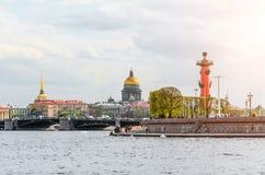 Νησί Αγία Πετρούπολη Strelka Vasilievsky καθεδρικών ναών του ST Isaac ` s Στοκ φωτογραφία με δικαίωμα ελεύθερης χρήσης