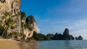 Νησί απότομων βράχων ασβεστόλιθων σε Krabi AO Nang και Phi Phi, Ταϊλάνδη Στοκ φωτογραφία με δικαίωμα ελεύθερης χρήσης