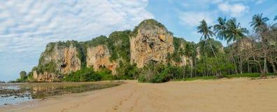 Νησί απότομων βράχων ασβεστόλιθων σε Krabi AO Nang και Phi Phi, Ταϊλάνδη Στοκ Φωτογραφίες