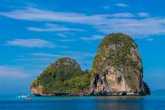 Νησί απότομων βράχων ασβεστόλιθων σε Krabi AO Nang και Phi Phi, Ταϊλάνδη Στοκ Εικόνες