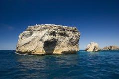 νησί απότομων βράχων κοντά στ&o Στοκ φωτογραφία με δικαίωμα ελεύθερης χρήσης