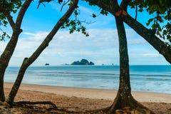 Νησί από την παραλία Krabi, Ταϊλάνδη AO Nang Στοκ εικόνα με δικαίωμα ελεύθερης χρήσης