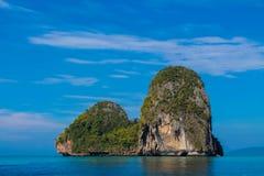 Νησί ασβεστόλιθων στον κόλπο Krabi AO Nang, Ταϊλάνδη Στοκ εικόνα με δικαίωμα ελεύθερης χρήσης