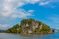 Νησί ασβεστόλιθων στον κόλπο Krabi AO Nang, Ταϊλάνδη Στοκ Εικόνες