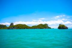 Νησί ασβεστόλιθων στο θαλάσσιο εθνικό πάρκο Angthong της Ταϊλάνδης Στοκ φωτογραφία με δικαίωμα ελεύθερης χρήσης