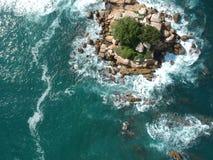 Νησί βράχου άνωθεν στη μέση του Ειρηνικού Ωκεανού κοντά σε Acapulco, Μεξικό Στοκ Εικόνες
