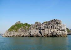 Νησί βράχου στη θάλασσα Στοκ Εικόνες