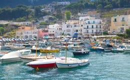 νησί Ιταλία capri Ζωηρόχρωμα σπίτια και motorboats Στοκ Εικόνα