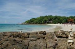 Νησί και μπλε ουρανός Samed στην Ταϊλάνδη Στοκ εικόνα με δικαίωμα ελεύθερης χρήσης