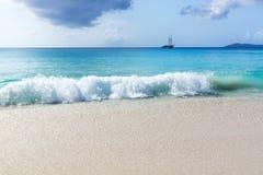 Νησί Λα Digue, Seyshelles, πηγή Anse d'Argent. Πλέοντας γιοτ Στοκ Φωτογραφίες