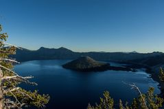 Νησί μάγων στη λίμνη κρατήρων Στοκ εικόνες με δικαίωμα ελεύθερης χρήσης