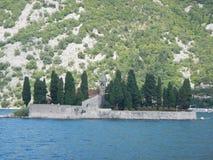 Νησί με τα δέντρα πεύκων στο perast Στοκ Εικόνες