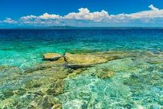 Νησί με το σαφές μπλε νερό στοκ φωτογραφία με δικαίωμα ελεύθερης χρήσης