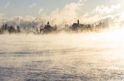 Νησί πίσω από την καυχησιάρη θάλασσα Στοκ φωτογραφία με δικαίωμα ελεύθερης χρήσης