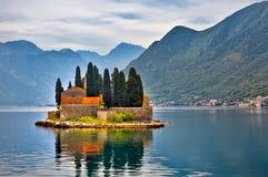 Νησί στη λίμνη στο Μαυροβούνιο Στοκ Φωτογραφίες
