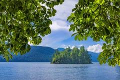 Νησί στη λίμνη του Harrison κοντά στην καυτή Βρετανική Κολομβία Καναδάς ανοίξεων του Harrison Στοκ Φωτογραφίες