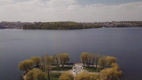 Νησί στη λίμνη στο πάρκο κατά την πόλης άποψη από την προσγείωση κηφήνων απόθεμα βίντεο