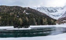 Νησί στη μέση της λίμνης στοκ εικόνες με δικαίωμα ελεύθερης χρήσης