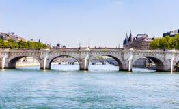 Νησί της πόλης Νέα γέφυρα στο Παρίσι πέρα από τον ποταμό Sena Στοκ φωτογραφία με δικαίωμα ελεύθερης χρήσης