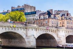 Νησί της πόλης Νέα γέφυρα στο Παρίσι πέρα από τον ποταμό Sena Στοκ Εικόνες